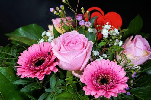 rožė,gėlė,žiedas,žydėti,rožinis,gėlių puokštė,Gerbera,meilė,puokštė,gimtadienio puokštė,pavasario puokštė,pavasario gėlės,rudens spalvos,dekoratyvinis,skintos gėlės,žalias,spalvinga,Gerberos puokštė,Motinos diena