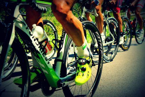 apvalus,kelių dviračiai,žmonės,laimėti,džiaugsmas,Sportas,motyvacija,raumenys,kelionė,kalvos,šumava,spektaklis,berniukai,greitis,jėga,šiluma,šalmas,adrenalinas,malonumas,kovoti,bus,emocija,kelias