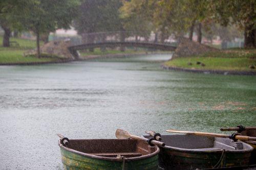 eilės valtys,lietinga diena,lietus,lietaus lašai,parkas,tiltas,žalias,šlapias,padėklo valtys,valtys,Gary poras,Garypore