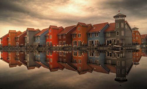 eiliniai namai,serijiniai namai,namai,atspindys,architektūra,namai,dizainas,šiuolaikiška,olandų,kranto,vanduo,apartamentai,Reitdiephaven,Groningenas,Nyderlandai,spalvinga,dangus,dokai,stogai