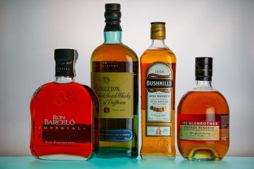 romas,viskis,alkoholis,butelis,girti,ištrauka,garbanoti,stiprus alkoholis,gėrimai