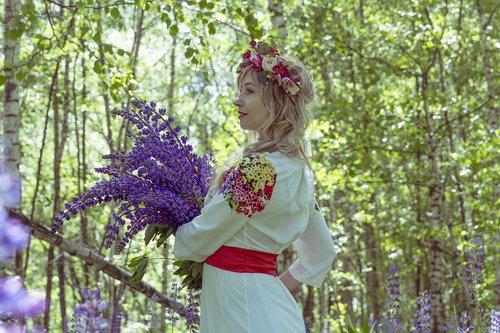 rusų, rusų liaudies kostiumo, folkloro, kostiumas, tradicija, Liaudies, etninės, liaudies, pilietis, Rusija, rusai, Rusijos mergina, Rusų moteris, tradicijos, tradicinės kultūros, puokštė, lubinai, gėlė, pobūdį, beržas