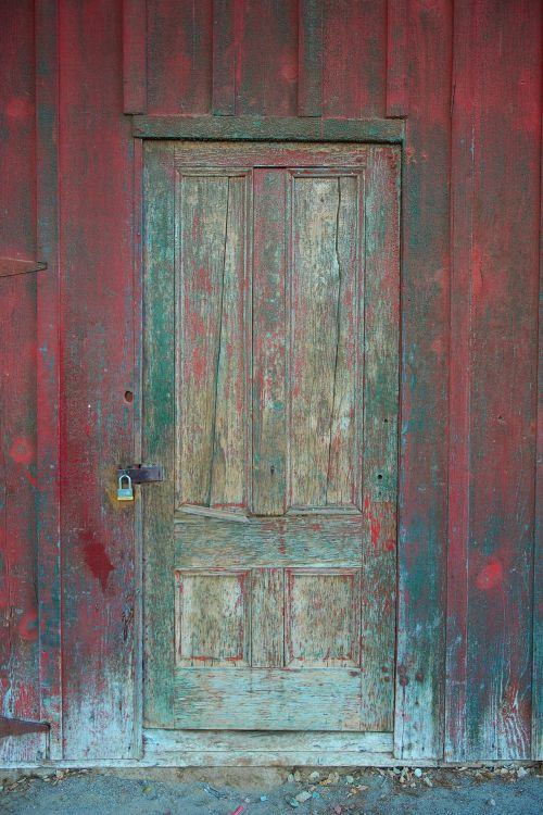 senėjimas, Senovinis, antikvariniai & nbsp, durys, tvartas, kiemas & nbsp, durys, kiauras & nbsp, priekyje, skaldytų & nbsp, dažų, skaldos & nbsp, dažai, užsegimas, išblukęs, išblukę & nbsp, dažai, ūkis, priekinis, vyris, užrakinta & nbsp, duris, metalo užsegimas, metalas & nbsp, užraktas, senas, senas & nbsp, barnas, dažyti, dažyti & nbsp, lustai, raudona, raudona & nbsp, dažai, kaimiškas, mediena, medienos durys, kaimiškos raudonos medinės durys