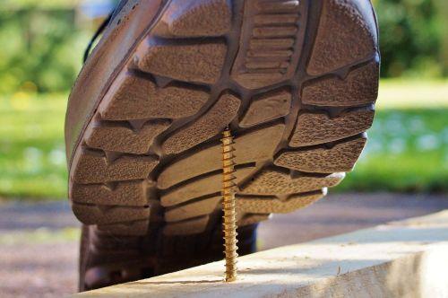 apsauginiai batai,osh,varžtas,nelaimingų atsitikimų pavojus,sauga darbe,sužalojimo rizika,saugumas,pavojingas,rizika,batai,vienintelis,sužalojimas,skausmingas,atsargiai,avarija,pėdos sužalojimas