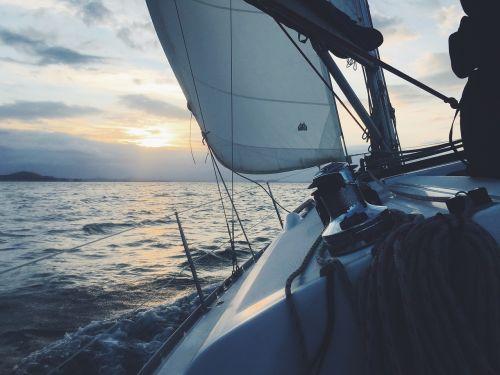 burlaivis,burinė valtis,jūra,valtis,burinė valtis,vanduo,buriu,vandenynas,dangus,laivas,saulė,buriavimas,plaukiojimas,horizontas,lauke,saulės šviesa,saulėtekis,romantiškas
