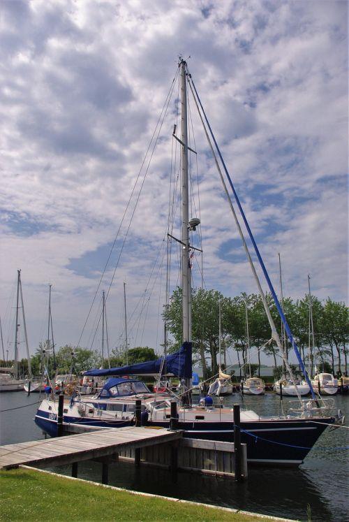buriuotojas,stiebas,boot,uostas,Fehmarn,Baltijos jūra,burlaiviai,stiebai,vanduo,buriu,burių stiebai,plaukiojantieji,debesys,dangus,perspektyva,laivo stiebai,atšildyti,takelažas,schiffer valtis,jūra