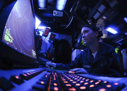 jūrininkas,mus laivynas,radaro technikas,ekranas,kontrolė,laivas,kariuomenė,viduje,interjeras