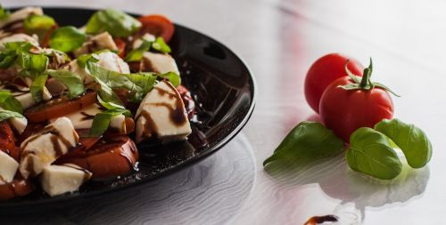 pomidorų ir mozzarella salotos,balzamiko actas,ispanų,salotos,pomidoras,mozzarella,bazilikas,maistas,daržovės,mityba,plokštė,ingridientai,starteris,vitaminai,frisch,actas