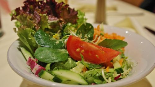 salotos,mišrios salotos,garnyras salotos,lapų salotos,salotų plokštė,starteris,užkandžių salotos,frisch,sveikas,valgyti,raudona,žalias,vitaminai,sodas,maistas,salotos,valgomieji,maistas,skanus,virtuvė,pomidorai,spalvinga