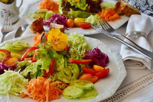 salotos,salotų plokštė,plokštė,stalo įrankiai,indai,porcelianas,papuošti,malonumas,skonis,pateikti,mišrios salotos,agurkai,pomidorai,morkos,padažas,actas,aliejus,balzamiko actas,balti kopūstai,Raudonasis kopūstas,Kohl,paprika,acto aliejus,frisch,maistas,mityba,į sveikatą,maistas,svorio metimas,vegetariškas,žaliavinis,Veganas,sveikas,mityba,valgyti,apetitas,pašalinti,spalvinga,skanus,pietūs,ingridientai,vitaminai,turgus,prinokę,vitamino C,geltona,griežinėliais,virėjas,virtuvė,apsipirkimas