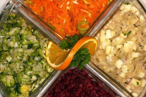 salotos,salotų plokštė,valgyti,žiedinių kopūstų salotos,morkų salotos,burokėlių salotos