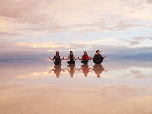 druskos dykuma, veidrodis, Bolivija, draugai, medituojantis