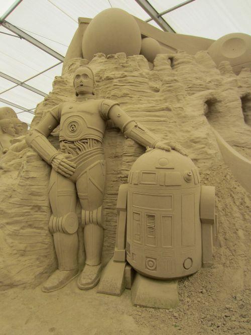 smėlio pasaulis,smėlio skulptūra,žvaigždžių karai,c-3po,r2d2,smėlio menas