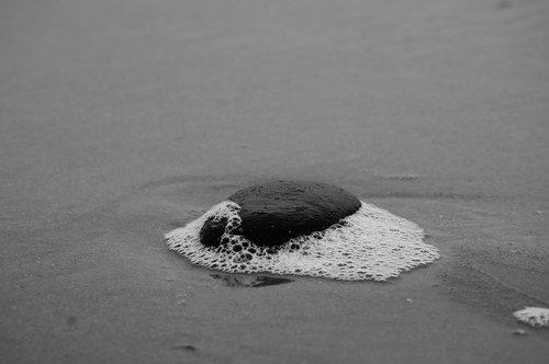 smėlis, papludimys, akmuo, juodos spalvos, baltos spalvos, putos, vandens, smėlio paplūdimys, Šiaurės jūra, jūra, pakrantės, bangų, Patys paplūdimys, pobūdį, vasara, fonas, monocrom, tuščias paplūdimys, paplūdimys jūra, bangų mūša
