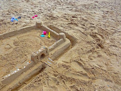 smėlio paplūdimys Sandburgas,smėlio žaislai,papludimys,ašmenys,rake,kibiras,vaikai,atostogos,šventė,smėlis,ramekins,smėlio tortas