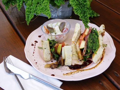 sumuštinis,duona,pusryčiai,skrudinta duona,bacon,daržovių,salotos,žalias,grybai,sveikas