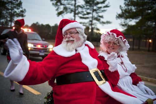 Kalėdų Senelis,Mrs Claus,paradas,vakaras,plaukiojantys,sėdi,Jodinėjimas,šypsosi,linksmas,portretas,linksmas,linksmas,kostiumas,apranga,šventė,Kalėdos,Kris Kringle,šventė