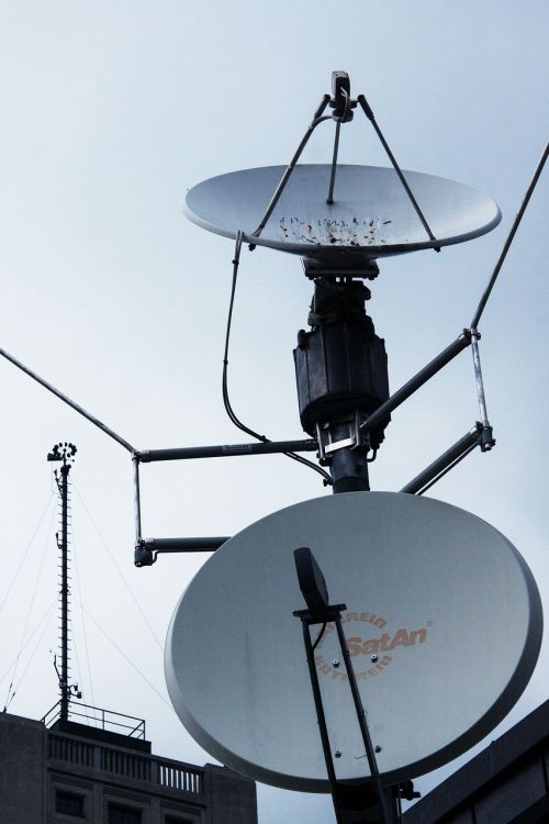 palydovinės antenos,priėmimas,palydovinis transliavimas,Palydovinė televizija,radijas,Žiūrėti televizorių,tv,antena,tv antena,stogo antena,namų antena,televizijos programa,televizijos priėmimas,signalai,metalinis stiebas,astra palydovai,paraboliniai veidrodėliai,priėmimo vadovas,ragų antena