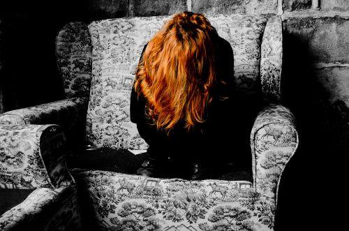 depresija, liūdesys, nužudymas, mąstymas, protas, nuolydis, moteris, likimas, žmonės, plaukai, raudona, sofa, senas, baugus, Halloween, fonas, pagalba, siaubas, verkimas, ašaros, kovoti, baugus