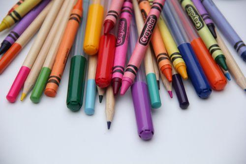 mokykla,dailės reikmenys,pieštukai,švietimas,pieštukas,Raštinės reikmenys,grupė,vaivorykštė,spalvinga,žymekliai,spalvoti piestukai,reikmenys,medinis,kūrybiškumas,dizainas,šviesus
