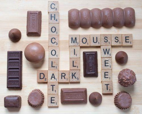 Scrabble,šokoladas,Juodasis šokoladas,pieniškas šokoladas,mušas,saldus,rašybos žodžiai,drožlių plytelės