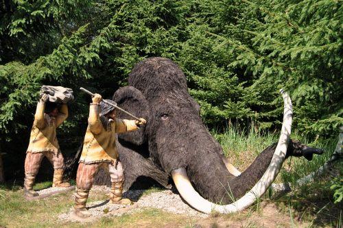 skulptūra,gyvūnų skulptūra,vilnonis,urzeittier,kraštovaizdis,parkas,eglės,medžiai,Pirminis parkas,Teminis parkas,oranienburg,medžioklės scenos