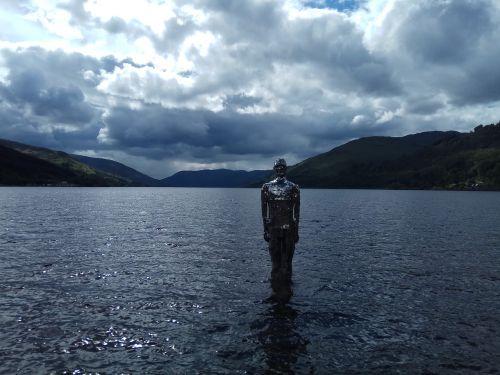 skulptūra,loch,ežeras,figūra,žmogus ant locho,veidrodinis žmogus,debesys,tamsi,kalnas,reljefas,vanduo,statula,ramus,vaizdingas
