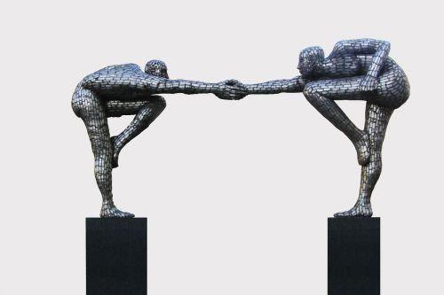 skulptūra,vyrai,skaičiai,trofėjus,harmonija,draugai,Draugystė,draugiškas,patogumas,draugiškas,duoti rankas,purtant rankas,linksmas,džiaugsmas,sėkmingas,novatoriškas
