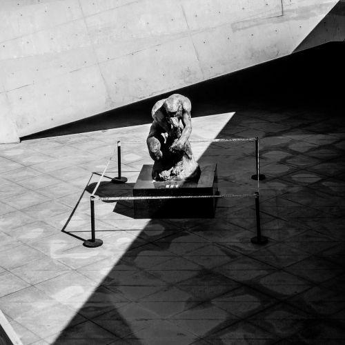 skulptūra,šviesa ir šešėlis,juoda ir balta