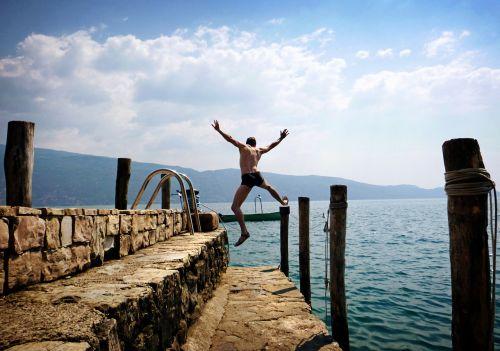 jūra,vasara,šventė,italy,garda,šokinėti,šokti į vandenį,papludimys,prie jūros,debesys,dangus,saulė,vanduo,boot,linksma,linksma maudytis,ežeras,uostas,baidarėmis,laivas,šlapias,plaukikas,saulės šviesa,plaukti,džiaugsmas,sėkmė,atostogos,vasaros atostogos,šokti į šalto vandens,įveikti,šaltas,drąsos,plaukiojimo glaudės,vyras,topless,ežero vaizdas,vasaros pabaigoje,vandenys,mėgautis,gyventi,gyvenimo džiaugsmas,vasaros sezonas,buriuotojas,banga