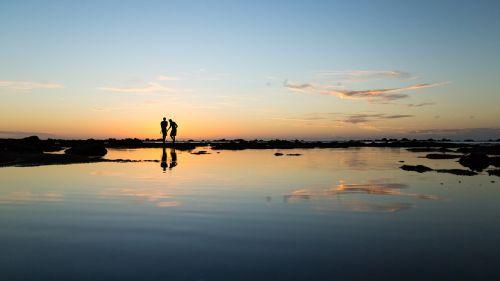 jūra,vandenynas,vanduo,gamta,žmonės,vyrai,vaikinai,siluetas,kelionė,maudytis,atspindys,papludimys,debesis,dangus
