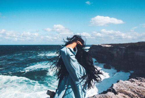 jūra,vandenynas,vanduo,bangos,gamta,mėlynas,dangus,debesys,horizontas,kranto,kalnas,Rokas,žmonės,mergaitė,vienas,saulėtas