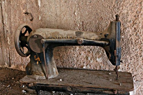 Siuvimo mašina,senas,užmarštis,purvinas,mansarda,siūlės,atmintis,siuvimas