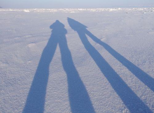 šešėlis,grandinė,figūra,šviesa,saulėlydis,ilgi šešėliai,apšvietimas,kelionė,ežeras,sniegas,laikysena