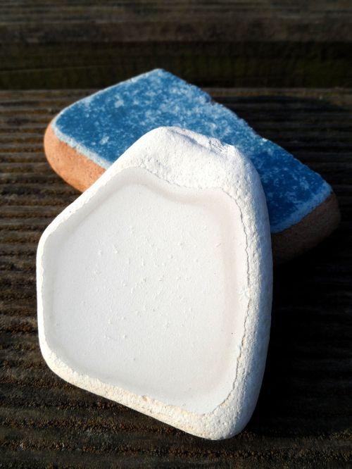 shard,pocherds,balta,mėlynas,šlifuota,akmenys,balinta,dekoruoti,dizainas,stilius,dekoratyvinis,glazūra,plytelės,plytelių objektas,objektas,prašmatnus,graži,flotsam,fondų skausmas,keramikos gaminiai,keramika