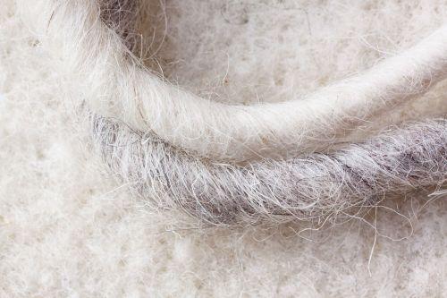 avių vilnos,avių vilnos veltinis,natūralus pluoštas,natūralus produktas,veltiniai,Viduramžiai,viršutiniai drabužiai,avių vilnos virvutės,pilka,balta,minkštas,linksma