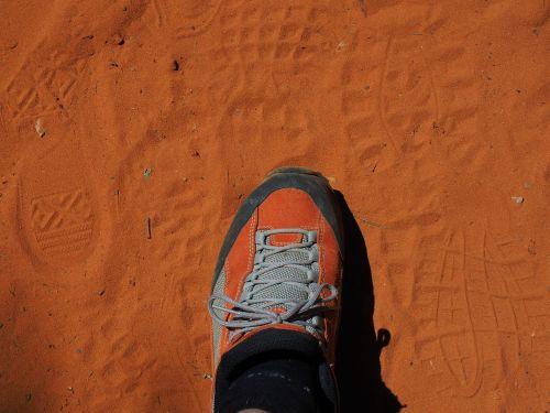 batai,pakartotinai spausdinti,pėdsakai,smėlis,takeliai smėlyje,pėdsakai,pėdsakas,raudona,rausvai,oranžinė,ochros spalvos,batų spausdinimas,batų vienintelis spaudas,vienintelis spaudinys,smėlio kelias