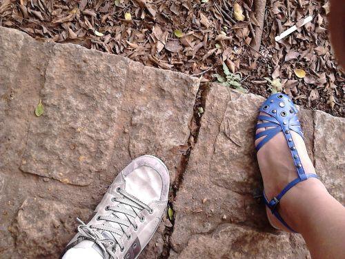 batai,akmuo,ruda,mėlynas,pėdos,sandalas,žmogus
