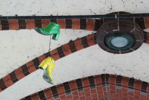 avalynė,priklausyti,pakabukas,menas,shoelaces,pakabinti,vienintelis,batai,spalvinga,geltona,žalias,antklodė,skydas,mūra,tiltas,stuetztpfeiler,arkos,architektūra,ramstis,arcade,Berlynas,kapitalas,keista,kreuzberg,berlin kreuzberg