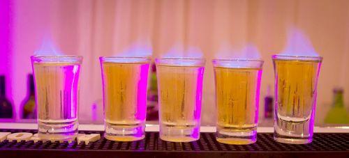 šūviai,alkoholis,gerti,baras,kokteilis,vakarėlis,stiklas,gėrimas,kadrai,alkoholis,likeris,alkoholiniai gėrimai,naktinis klubas,naktinis gyvenimas,alkoholinis,barmenas,atsipalaidavimas,liepsna,Ugnis,šventė,gyvenimo būdas,savaitgalis,maišymas