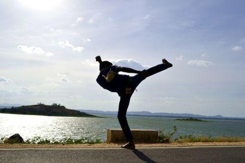 šoninis smūgis,smūgis,kovų menai,kung fu,karatė,jeet kune do,Muay Thai,Kikboksas,kovoti,kovoti,kovotojas,berniukas,stiprus,saulės komplektas,polonnaruwa,Šri Lanka,ceilonas,Mawanella