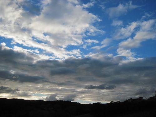 siluetas,atgal šviesa,debesys,dangus,debesų formavimas,mėlynas,balta,saulėlydis,medžiai,vyno fabrikas,pastatas