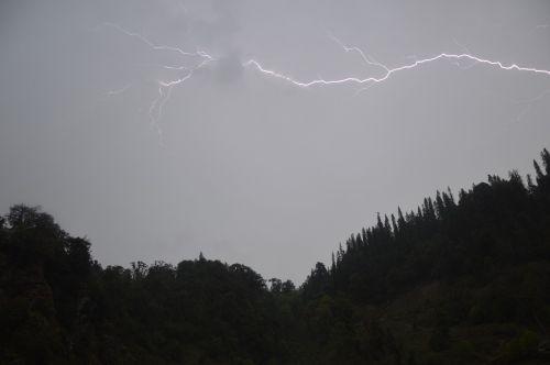 sidabro pamušalas,debesis,žaibas