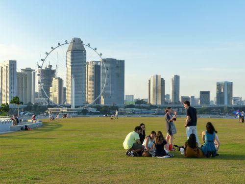 Singapūras,Marina užtvankos,Singapūras orientyras,Singapūro upė,mėlynas dangus,debesys,peizažas,žolė,žmonės,žaisti,sėdi,stovintis,kalbėti,Singapūras lėktuvas,pastatas,miestas