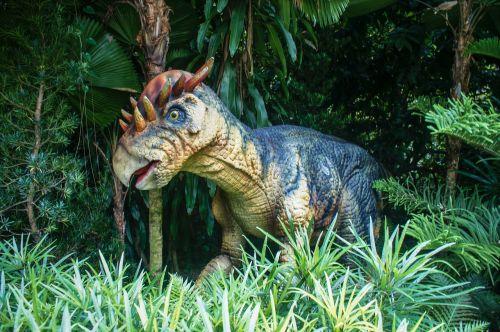 Singapūro zoologijos sode,Singapūro zoologijos sodas ir rasizmas,zoologijos sodas,dinozauras,gamta,miškas,medis,laukiniai,mediena