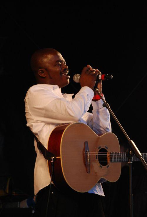 dainininkė,pramogų atlikėjas,vyras,gitara,pramogos,spektaklis,muzikantas,etapas,mikrofonas,daina,atlikėjas,dainuoti