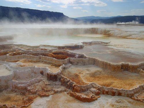 aglomeratas,karštas,vulkaninis,mineralai,spalva,geltona,ochra,oranžinė,indėliai,garai,geltonojo akmens nacionalinis parkas,Vajomingas,usa,gamta,Nacionalinis parkas