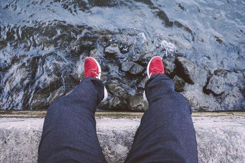 sėdėti, Vaizdas iš viršaus, kojos, vandens, upė