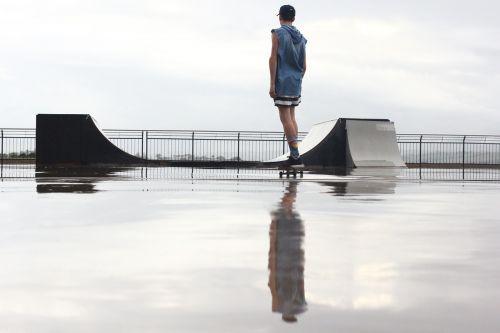 važinėjimas riedlente,rampa,šlapias,riedlentė,lauke,skateboarder,riedlenčių parkas