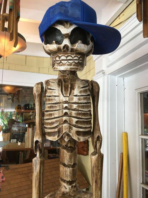 Skeletas Su Beisbolo Skrybėlėmis, Dirbtinė Skulptūra Su Mėlyna Skrybėlę, Skeletas Su Skrybėlėmis
